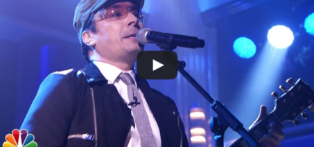 "Jimmy Fallon fills in for Bono, sings ""Desire"" with The Roots"