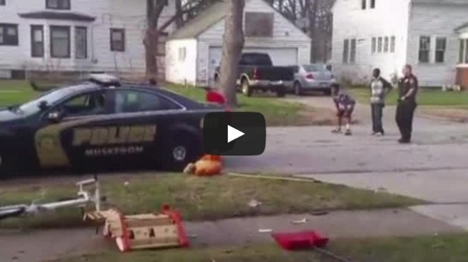 Muskegon police play football with kids