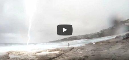 Lightning almost strikes girl in Sydney!!! Boyfriend's reaction is priceless!!!!